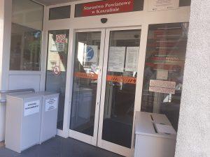 zdjęcie wejścia głównego do budynku urzędu