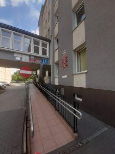 zdjęcie podjazdu dla wózków przed wejściem głównym do urzędu
