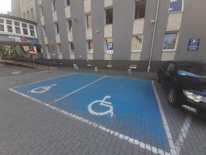 zdjęcie wyznaczonych miejsc parkingowych dla osób niepełnosprawnych